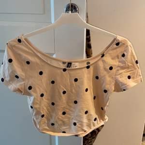 Fin rosa tröja med prickar supersöt men får ingen användning av den. Storlek small. Kontakta mig privat vid intresse och köp den gärna superfin till sommaren köpare står alltid för frakt🥰