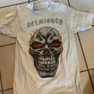 T shirt från instagram märke aelmighty storlek L men passar som M