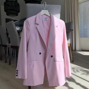 En supersnygg rosa kavaj!! Den är så cool men det är inte riktigt min stil. Använd en gång. Nypris runt 800 kr