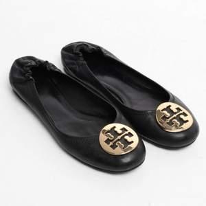 Säljer nu mina fina Tory Burch ballerina skor då de int ekonomer till användning längre, passar perfekt till sommaren.