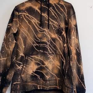Svart hoodie som jag blekt själv, väldigt skönt material som inte blir nopprigt. Tröjan har en smiley under luvan och den är blekt med klorin(luktar inget). (DM:a för mer bilder eller frågor)