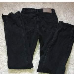 Svarta jeans med slits från pull and bear i storlek 32, endast använda 2 gånger så i nytt skick