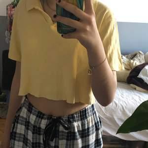 En jätte gullig gul croppad tröja i storlek s. Croppade den själv men den är i bra skick. Jag har använt den två gånger men den är inte riktigt min stil. Kostar 80kr och frakt är 10kr