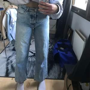 Ett par ljusblåa jeans i storlek 27 från bikbok. Köpta för några månader sedan & endast använda ett fåtal gånger pågrund av att jag tycker de är för korta för min smak! Är 164/164,5 cm lång❤️ För fler frågor hör av dig! Köpte dem på bikbok för 400kr.