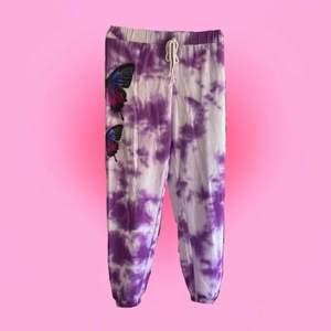 Jättesnygga och trendiga sweatpants me stäv söta lila fjärilar på sidan. Byxorna är tunna och luftiga perfekta för en sval sommar kväll eller som mysbyxor💕🦋 dom är helt nya och snygga!💕