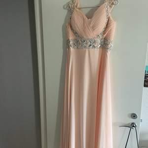 Superfin balklänning!! Endast använd 1 gång och har små märken längst ner på klänningen (kolla bild 3) betalning via swish och köparen står för frakten🥰 S/M medium och uppstydd så den passar personer runt 155 till 160