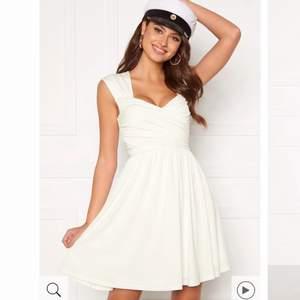 Superfin klänning som passar perfekt för student eller skolavslutning 🤍🤍 endast använd en gång under min skolavslutning 🥰