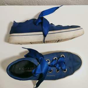 Klarblå färg & snören som siden! Använda en del, men fortfarande bra skick och sjukt bekväma! Köpta i Spanien 🌝