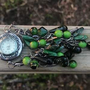 Snygg aldrig använd klocka, till och med plasten är kvar, fram på klockan.