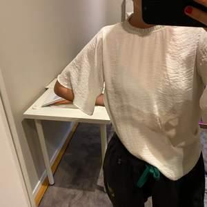 Säljer denna super fina blus från Gina tricot prefekt till sommaren. Frakten tillkommer på 30kr