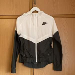 Säljer min windrunner köpt på Nikes hemsida för 899:- Har ej kvar kvittot. Inget fel på jackan eller hål i.