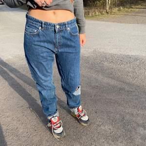 As coola och långa jeans från Wood Wood, snygg slitning på knät. Stora men passar mig som vanligtvis är 34-36.