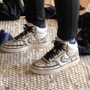 Egen-designade Nike court vision! Har gjort dessa själv, därav den unika designen. Riktigt sköna skor men som tyvärr inte används hemma hos mig. Det är storlek 38, men passar garanterat en 37 eller mindre 39. Beställde dessa skor för 1000 :- på Nikes hemsida för snart exakt ett år sedan. Säljer skorna för 500 :-, men vill man att skosnörena följer med säljs de för 600 :-. Buda eller köp direkt för 5/600 beroende på skosnören💞💞 köparen står för hälften av fraktkostnaden och väljer typ av frakt själv (spårbart osv osv)