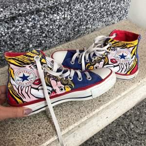Säljer mina jättefina Converse skor med wonder women trycket på, går ej att köpa längre. Säljs pga för små, storlek 36. Kan fraktas då köparen står för frakt eller mötas upp i Stockholm💓💓 Hösgta bud: 310kr!