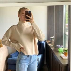 Säljer denna benvita tröja från &OtherStories som jag tyvärr bara använt en gång🌞☺️🤍