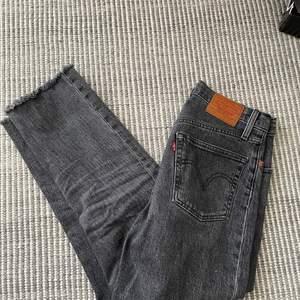 Grå 501 jeans ifrån levis i jättefint skick! Strl W25L28