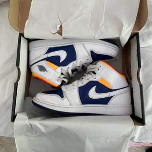 """Säljer nu mina knappt använda """"Air Jordan 1 Mid royal Blue/Laser orange sneakers"""" för de inte kommer till använding. Pris kan diskuteras 💕🤩"""