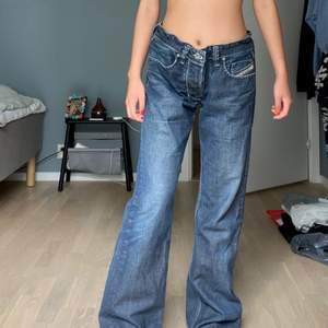 Supersnygga Diesel vintage jeans köpta på second hand! Har en extrem vintage vibe och sitter otroligt snyggt❤️
