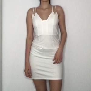 En jättefin vit klänning som passar perfekt till studenten och skolavslutningen😍😍😍. Storlek är XS men passar även för S. Inköp priset är 800kr. Klänningen är använd bara en gång. Kan även fraktas