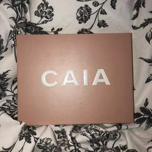 Caia palett, de flesta skuggor endast swatchade. Några skuggor är använda kanske ca 5 gånger. Kommer tyvärr inte till användning. 300kr+ frakt