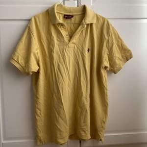 Pappas gamla Marlboro Classics skjorta. Eftersom den är vintage har den några små fläckar (skriv privat för fler bilder) och ett par små hål, därav priset. Annars i fint skick, köpare står för frakt!💕