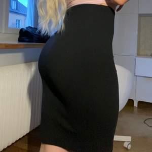 Vanlig svart kjol köpt på Nelly! Fin passform, passar xs-s.