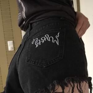 Svarta jeansshorts som aldrig är använda. Köpare står för frakt. Tror att frakt info stämmer. 💓