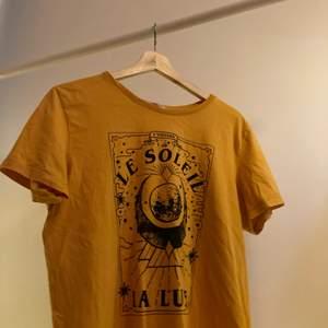 Fin tshirt med grafiskt tryck. Liten i storleken. Köparen betalar frakt.