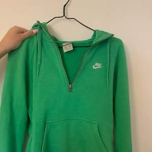 Superfin grön zip up hoodie från Nike, i storlek S!