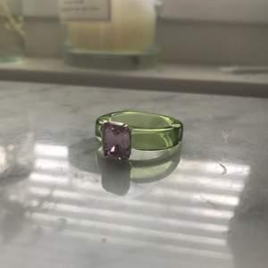 säljer detta fina ring som jag beställde hem, säljer för att den är för stor för mig! Storleken är lite oklar men det stör ungefär 🤲
