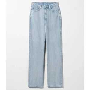 Mina bästa fina jeans i weekday-modellen Rowe som tyvärr blivit för små!!! Raka i modellen, min kompis på bilden är 165 cm men de passade även på mig som är 175😁 väldigt bra skick trots använda mycket! 280:- inkl frakt💟🧡