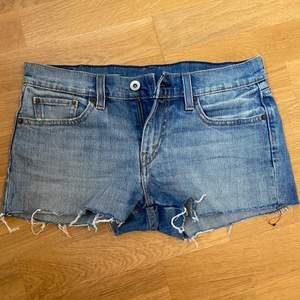 Ett par jättesnygga shorts från Levi's i storlek 32🥰 Säljs då de är för stora för mej, 150kr plus frakt💞