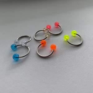 Oanvända septum piercingar i olika färger. Kostar 5 kr styck💕