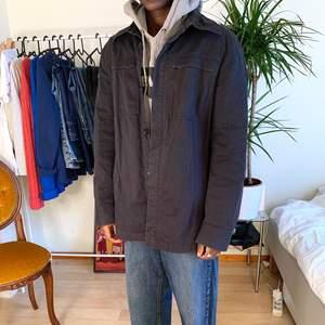 Svart jacka,skjortjacka , tunnjacka Storlek L  Modellen är 170cm
