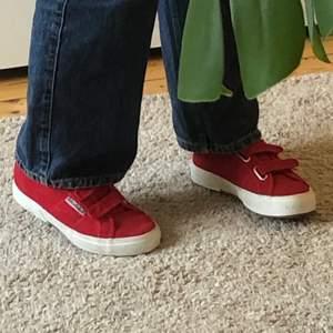 Ett par röda Sergio Tacchini skor med kardborreband. Skriv för fler bilder eller vid frågor!!!