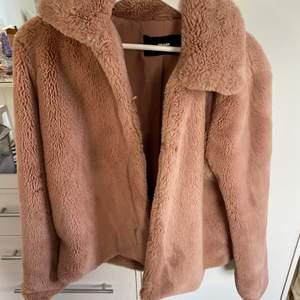 En fin gammel-rosa pälsjacka (fake päls såklart)!! Köpt på Bikbok, storlek M. Säljes då den inte används längre 💗 Väldigt mjuk, gosig och varm att ha på sig 😌 Perfekt höst - vinter jacka!!
