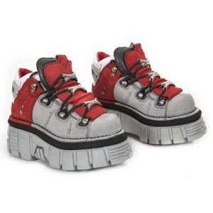 ISO!!! (jag säljer inte dessa jag söker) om någon har ett par sånna här eller några liknande skor som de kan tänka sig att sälja i vilken färg som helst till ett bra pris skriv till mig snälla!! (strl 38)