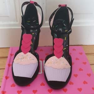 Högklackade cupcakes skor