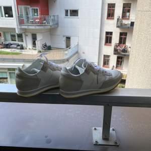 Vita högre vita sneakers! Super fina och i mycket gott skick. Nypris: 2798kr. 100% äkta.