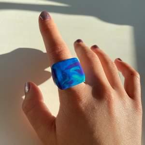 En fyrkantig ring i färgerna blå,turkos & lila⚡️ (Finns i alla storlekar & färger. DOCK är färgmönsterna unika!!!)