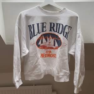 Fin sweatshirt i bra skick, endast lite nopprig pga tvätt. Frakt tillkommer🥰