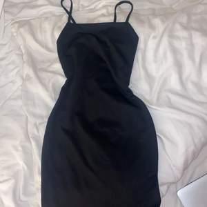 Säljer min fina klänning från plt, väldigt fint typ och inte genomskinlig, den är i storlek 34, har aldrig använts men sitter väldigt fin och ger kurvor, klänningen går till knäna på mig och jag är 172 cm lång, köparen står för frakt