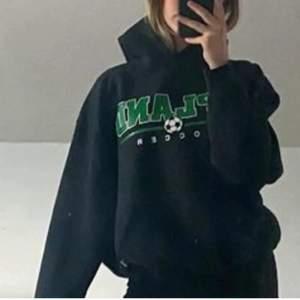!!pga oseriös köpare lägger jag ut igen, denna gång buda privat, !! As snygg vintage hoodie, (säljer endast vid bra bud),  fint skick, den passar en mellan xs- mindre M skulle jag säga, HOODIN finns kvar tills jag tar bort annonsen (inte samma hoodie som på sista bilden men väldigt lik)
