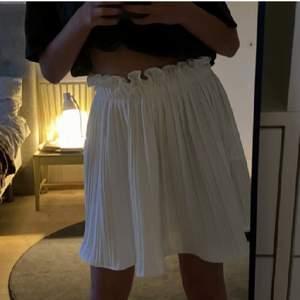 Super fin vit kjol från Gina tricot. Aldrig använd & prislappen finns kvar