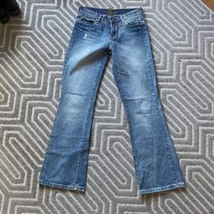 Så snygga lågmidjade 7 for all mankind jeans i storlek 26. Superbra skick. Köparen står för frakt💕
