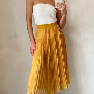 Så fin plisserad gul kjol som sitter fint på kroppen💛 Sparsamt använd!