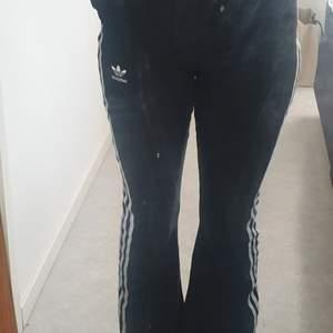 Unika flare byxor från adidas                                        Har använt dem två gånger, säljer dem för att dem är för korta för mig                                                          Nypris:600