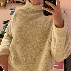 Säljer denna super mysiga beiga tröja från Weekday i storlek S. Älskar tröjan men har tyvärr inte fått användning av den det senaste året.
