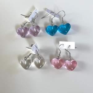 Säljer dessa super söta transparanta hjärtörhängen! Helt nya, alltså inte använda! Frakt tillkommer 12kr❗️