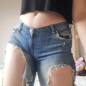Ripped jeans från Gina. Baklappen är trasig och de är ganska använda. Säljer därför för endast 50kr. Fortfarande fräcka, men är för små för mig.